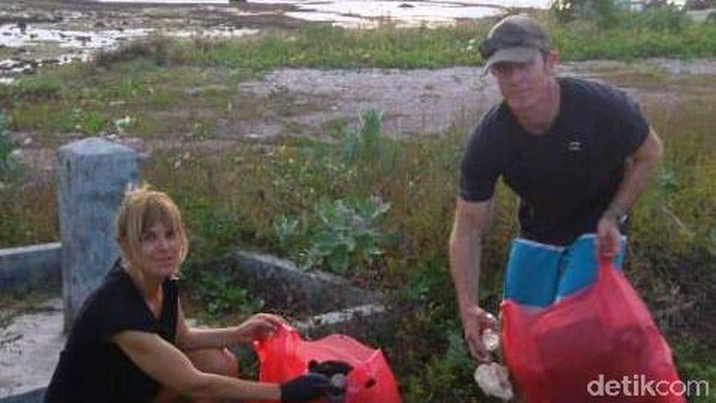 Viral, Dua Bule Bersihkan Pantai di NTB dari Sampah