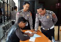 Penjual Cilok Buat SIM Pertama Seumur Hidup.