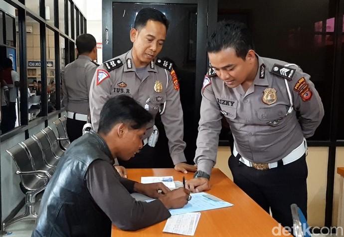 Penjual Cilok Buat SIM Pertama Seumur Hidup