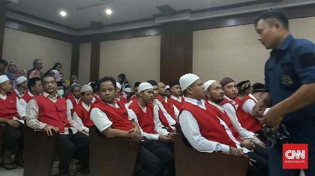 29 karyawan Sarinah didakwa membantu pendemo di kerusuhan 22 Mei dengan memberikan minum dan air cuci muka.