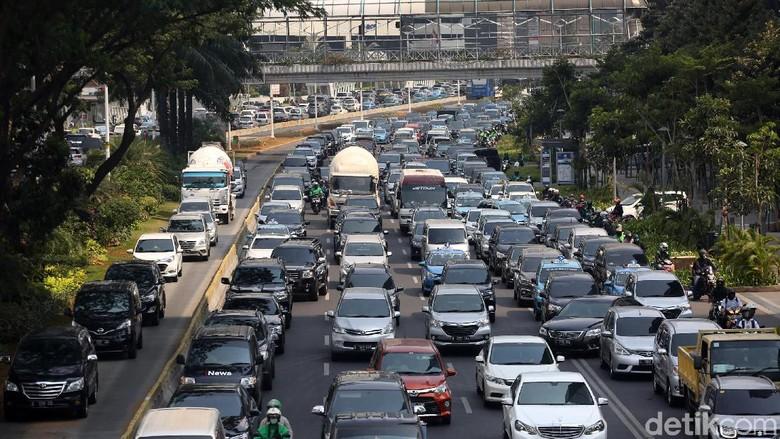 Antrean panjang kendaraan terlihat di Jalan Sudirman, Jakarta. Kemacetan itu terjadi sekitar pukul 14.00 WIB.