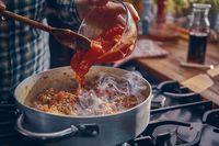 Begini Cara Bikin Saus Bolognese Tradisional Italia yang Enak