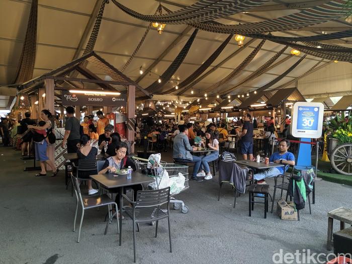 Festival kuliner ini digelar di Mal Kelapa Gading tepatnya di area La Piazza. Di sini ada ratusan menu makanan yang bisa dicicipi. Foto: Devi S. Lestari/detikFood