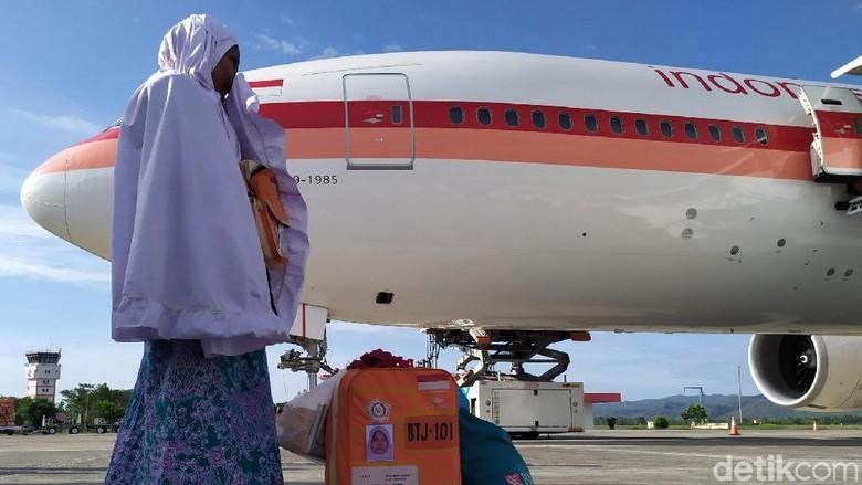392 jemaah haji kloter 1 embarkasi Aceh tiba di Tanah Rencong. Satu jemaah dalam kloter ini meninggal di tanah suci. Mereka mendarat di Bandar Sultan Iskandar Muda, Blang Bintang, Aceh Besar, Aceh, Selasa (3/9/2019) sekitar pukul 16.17 WIB.