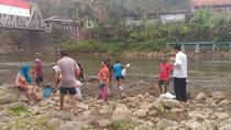 Warga Berebut Ikan yang Ditebar KKP di Sungai Serayu Banjarnegara