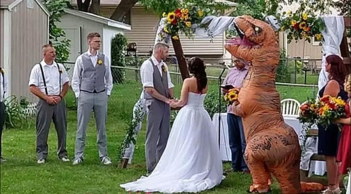 Wanita jadi viral karena pakai kostum T-Rex saat jadi bridesmaid. Foto: Facebook Christina Meador