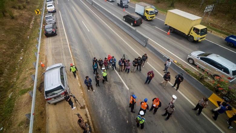 TKP kecelakaan di Tol Cipularang Foto: ANTARA FOTO/Raisan Al Farisi
