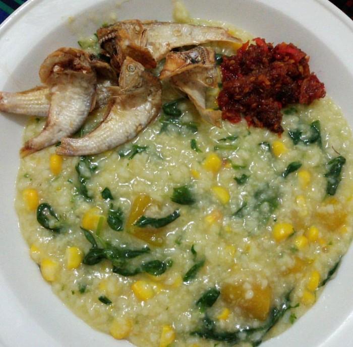 Ciri khas bubur Manado memakai banyak cayuran yang biasa diambil dair kebun. Kangkung, labu, lemangi, jagung dan daun lelem. Pastinya kaya nutrisi. Foto : Instagram @ maktiendailyfood