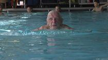 Perkenalkan Leo, Pelatih Renang Berusia 102 Tahun dari Jerman