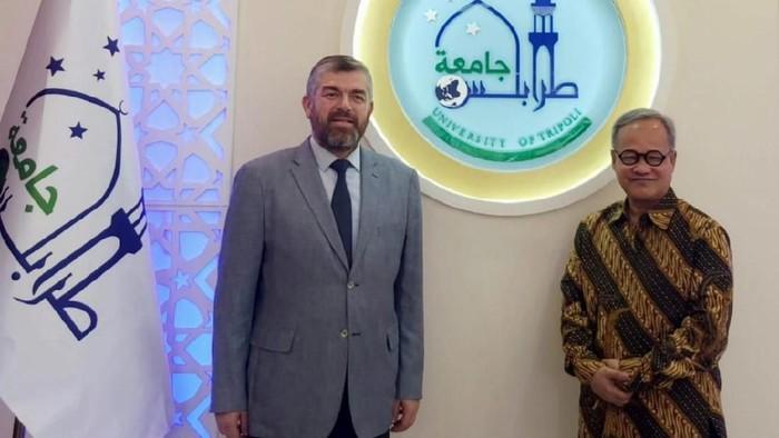 Duta Besar RI di Beirut Hajriyanto Y Thohari dan Rektor Universitas Tripoli (Foto: Dok. KBRI Lebanon)