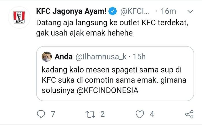 Lewat twitter resminya @kfcindonesia, admin yang mengelola akun ini ternyata punya selera humor yang bagus. Banyak cuitan netizen yang dibalas dengan celetukan kocak. Foto: twitter @kfcindonesia