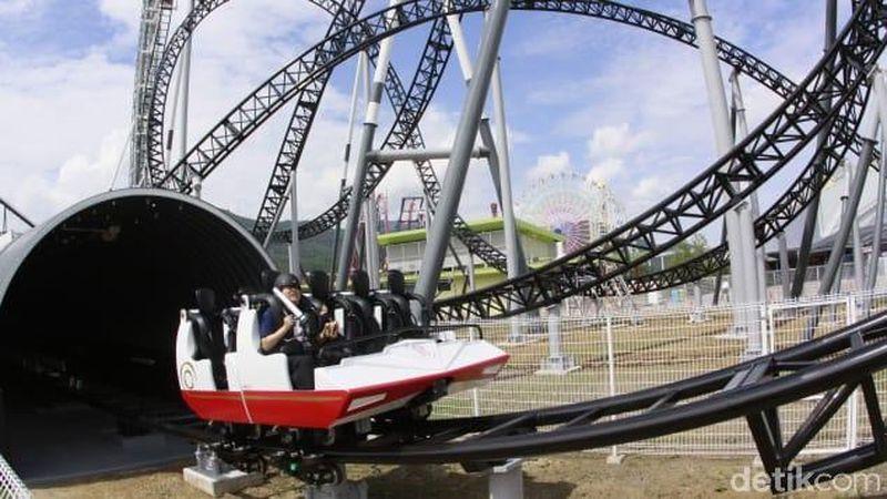 Roller Coaster Takabisha, memiliki tinggi 43 meter dan kecepatan 100 km/jam. Wahana pemacu adrenalin ini terletak di Fuji-Q Highland Park, Jepang. (Yoshikazu Tsuno/AFP/Getty Images)