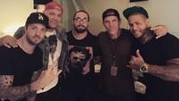 Josh Brolin tampak hadir di belakang panggung sebuah acara konser untuk menemui band Bad Wolves.Dok. Instagram