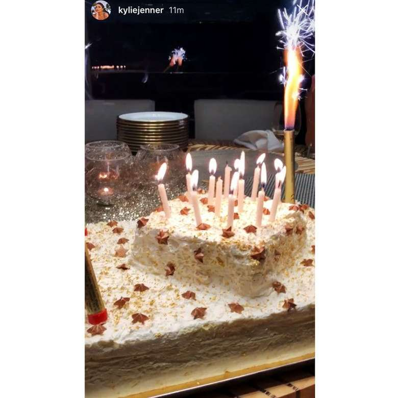 Kue Ulang Tahun Kylie Jenner ke-22 di Italia. Kylie Jenner merayakan ulang tahun yang ke-22 nya saat ia sedang berada di Eropa. Saat itu ia sedang berada di kapal pesiar, pantai Italia dan kemudian beberapa staf memberikan kejutan dengan membawa kue dua tingkat yang besar dengan beberapa lilin. Foto: Istimewa
