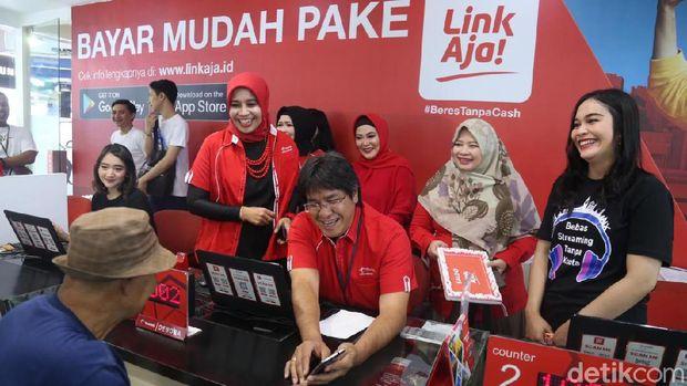 VP Network Operation and Quality Management Area Jawa Bali layani pelanggan di WTC Surabaya/