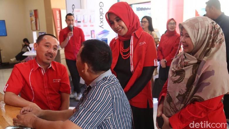 Bos Telkomsel Layani Pelanggan di Hari Pelanggan Nasional
