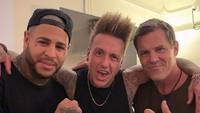 Selain itu pemeran Thanos tersebut juga menyaksikan Papa Roach tampil dan berfoto bersama vokalisnya, Jacoby Shaddix.Dok. Instagram