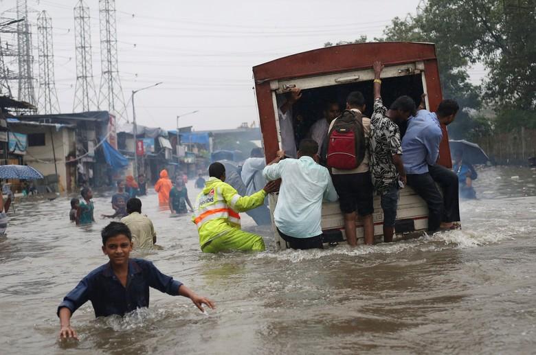 Hujan Deras Ganggu Jadwal Kereta Hingga Penerbangan di Mumbai