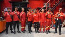 Bukan Cuma Bertarung Lawan Api, Pemadam Lakukan Ini Selamatkan Hutan