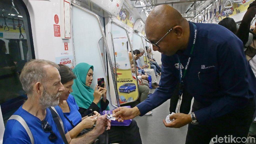Dirut MRT Bagi-bagi Pin di hari Pelanggan Nasional
