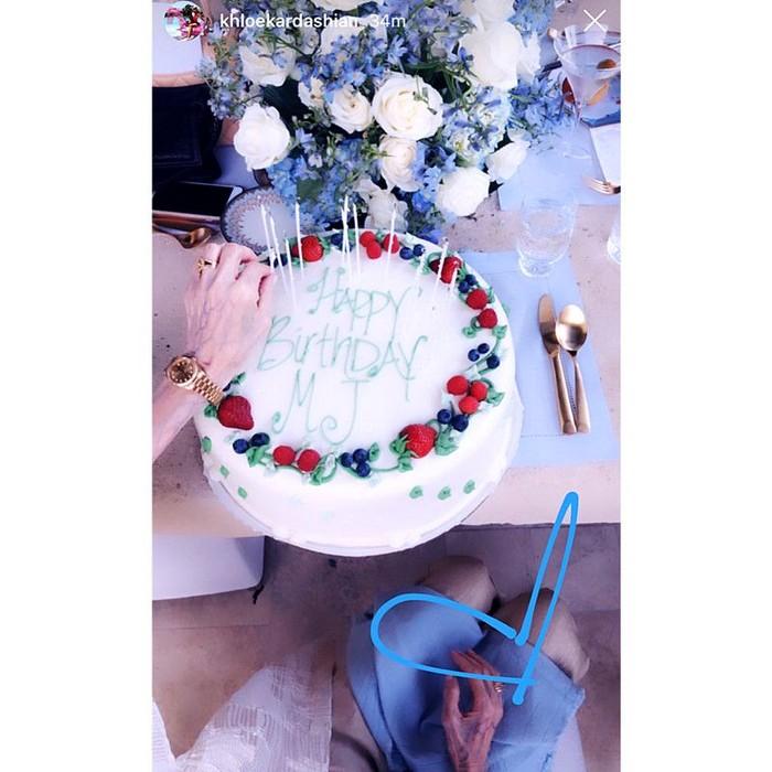 Kue Ulang Tahun MJ. Ibu dari Kris Jenner, Mary Jo merayakan ulang tahunnya di bulan Juli 2019. Dia mengadakan pesta yang dihadiri banyak anggota keluarganya. Kue ultahnya didekorasi krim putih dan buah segar diatasnya bertuliskan Happy Birthday MJ. Foto: Istimewa