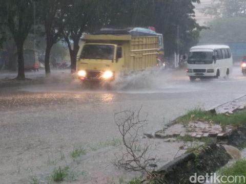 Hujan dan Angin Kencang di Kota Kisaran, Pohon-Tiang Listrik Tumbang