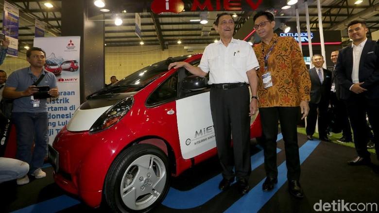 Menteri Luhut berpose dengan mobil listrik Mitsubishi i-MiEV Foto: Grandyos Zafna