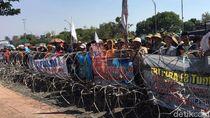 Petani Garam Pulau Madura Demo di Kantor Gubernur, Ini Tuntutannya