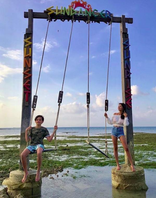Di foto lain, Farah menandai lokasi fotonya di kawasan Wyndham Sundancer Lombok. Ini adalah resort berbintang yang ada di Lombok Barat. (farahquinnofficial/Instagram)