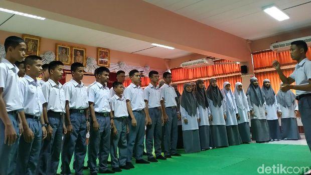 Siswa juga menyanyikan lagu adat Batak berjudul Sik Sik Sibatumanikam
