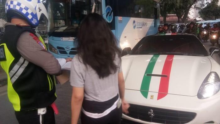 Polisi menilang pemilik Ferrari di Tanah Abang karena tak memasang pelat nomor. (Twitter/@TMCPoldaMetro)