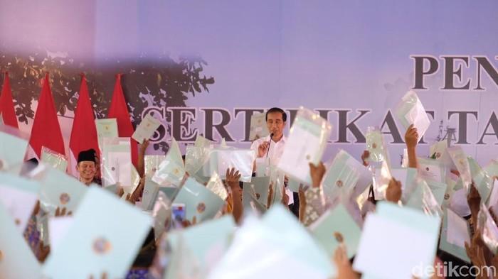 Presiden Jokowi bagi-bagi sertifikat tanah di Pontianak-Kalbar