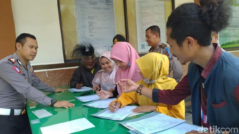 Hore, Mahasiswa Papua di Mojokerto Dapat SIM Gratis