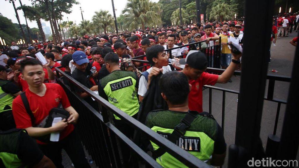 Indonesia Vs Malaysia: Suporter Ricuh di Luar Stadion, Polisi Dilempari Batu