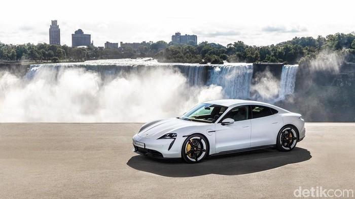 Porsche mempersembahkan mobil sport listrik sepenuhnya pertamanya kepada publik kemarin dengan World premier yang spektakuler yang diadakan secara serentak di tiga benua.