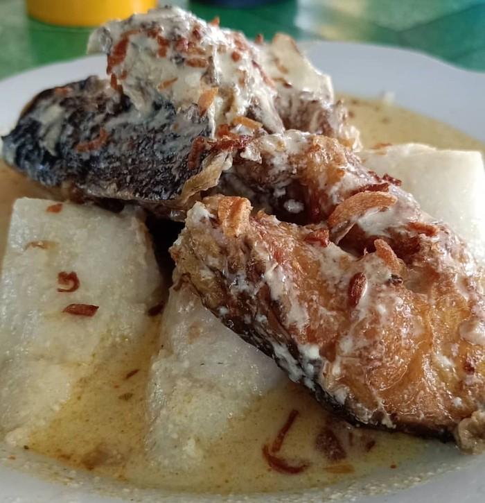 Mengawali hari orang Kalimantan Selatan menikmati ketupat Kandangan. Racikannya sederhana, potongan ketupat, ikan haruan panggang dan kuah santan. Nyam! Foto : Indtagram @wulandari_miss