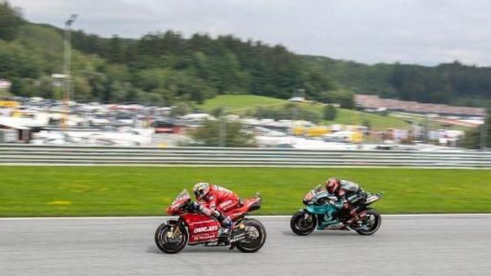 Salah satu aksi salip-menyalip Andrea Dovizioso dan Fabio Quartararo di MotoGP 2019. (Foto: Johann Groder/APA/AFP)