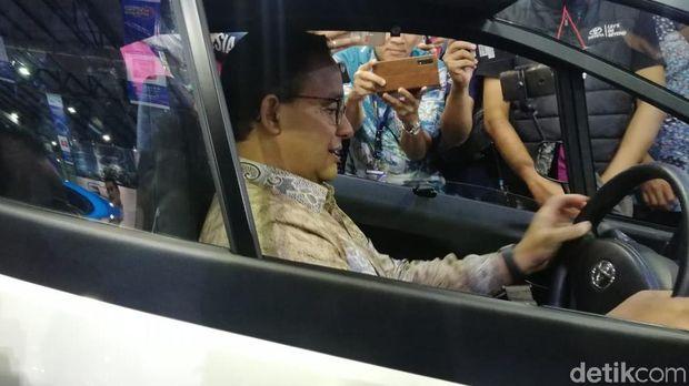 Anies duduk di kabin mobil listrik mungil Toyota i-Road