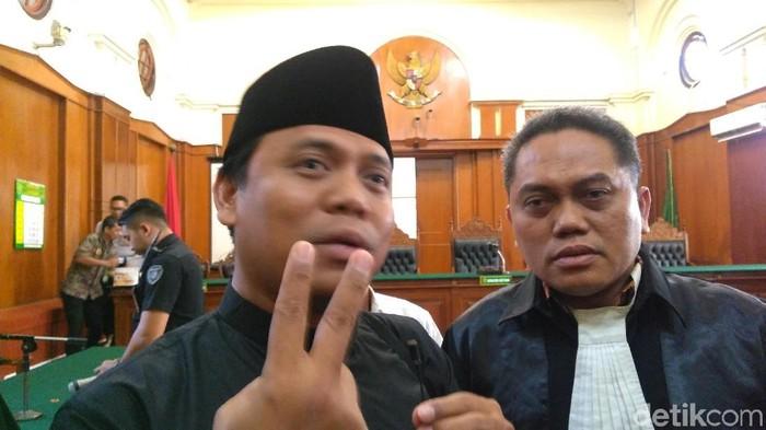 Sugi Nurharja alias Gus Nur menanggapi tuntutan JPU dengan santai. Gus Nur membacakan Surat Al Fatihah setelah dituntut 2 tahun penjara atas kasus video hina NU.