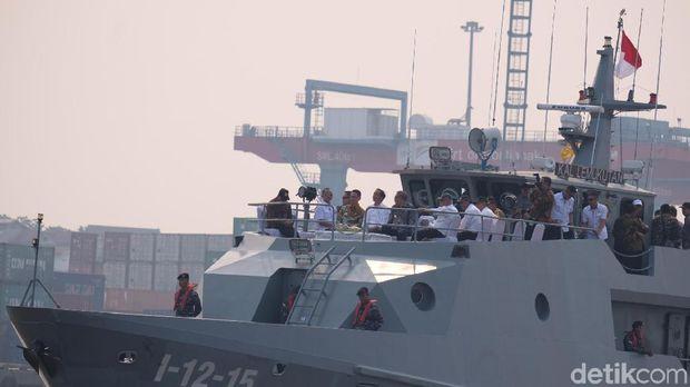 Naik Kapal TNI AL, Jokowi Tinjau Water Front Sungai Kapuas Pontianak