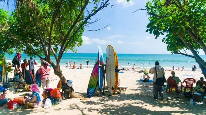 Pantai Kuta yang tak jauh dari Bandara Ngurah Rai menjadi incaran para wisatawan yang berkunjung ke Bali. Di pantai ini kamu bisa berjemur, berenang, berpesta, berselancar (iStock)