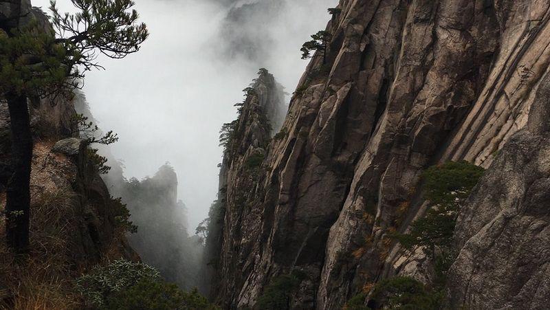 Keindahan alam Pegunungan Huangshan,Provinsi Anhui, China sudah jadi rahasia umum. Terletak di dalam pegunungannya, ada sebuah jembatan masuk dalam situs warisan dunia UNESCO. (Tripadvisor)