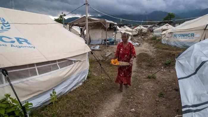Nyaris setahun berlalu usai gempa dan tsunami melanda wilayah Palu dan sekitarnya. Hingga kini masih ada sejumlah pengungsi yang tinggal di tenda darurat.
