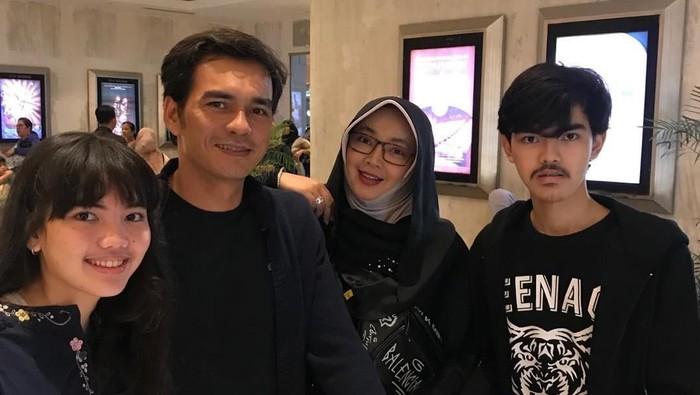 Keluarga Rina Gunawan dan Teddy Syach