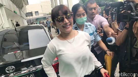 Senyum Roro Fitria Tanpa Baju Tahanan Jelang Persidangan