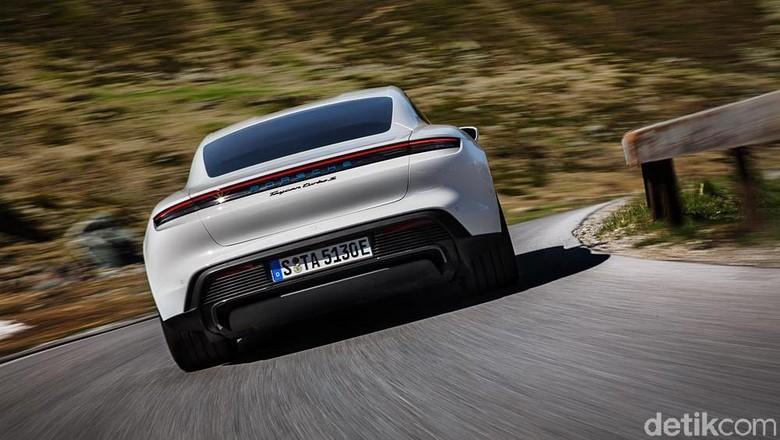 Porsche mempersembahkan mobil sport listrik pertamanya, Taycan, kepada publik kemarin dengan World premier yang spektakuler yang diadakan secara serentak di tiga benua.