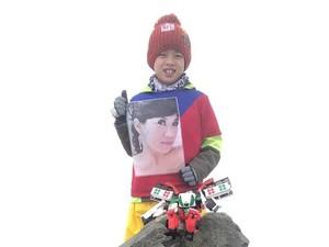 Viral Kisah Haru Bocah 8 Tahun Bawa Foto Ibunya Daki Gunung Tertinggi
