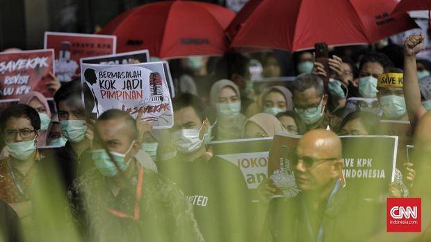 Aksi penolakan terhadap revisi UU KPK, di gedung KPK, Jakarta, Jumat (6/9).