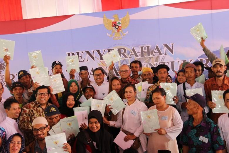 Jokowi Serahkan 3.000 Sertifikat Lahan ke Transmigran di Pontianak