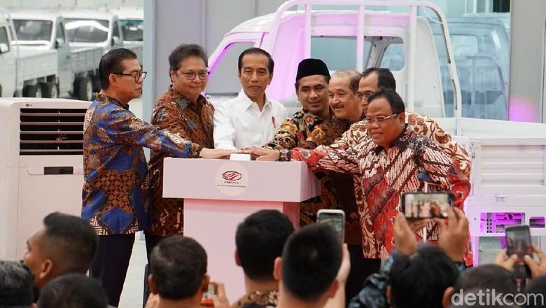 Peluncuran Esemka dihadiri penggagas Esemka Sukiat (paling kanan) Foto: Istimewa